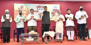 Devendra Fadnavis releases book 'Ayodhya' written by Madhav Bhandari_50.1