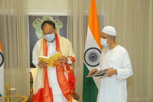M. Venkaih Naidu receives book entitled 'Urdu Poets and Writers – Gems of Deccan'_50.1